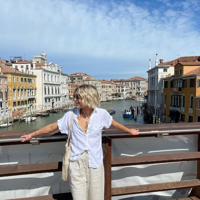 Lizze Broadway posing for a gorgeous click in Venice, Italy