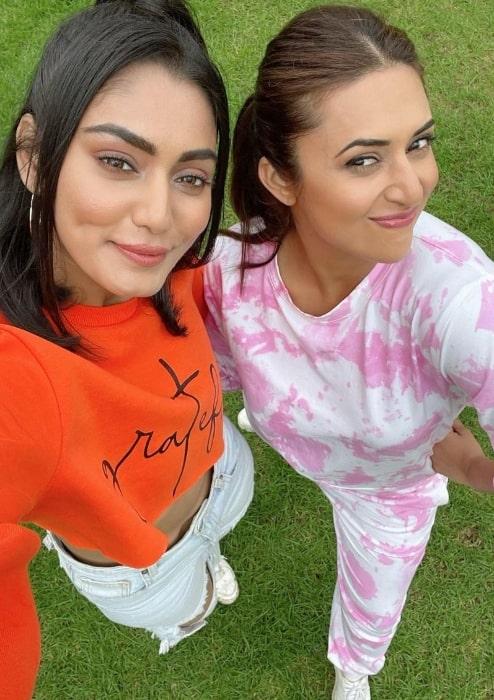 Sana Makbul (Left) taking a selfie with Divyanka Tripathi Dahiya in May 2021