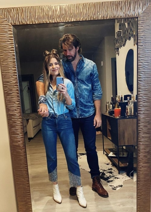 Tenille Arts with her beau in October 2020 getting ready for Canadian Thanksgiving