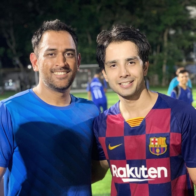 Zaan Khan (Right) posing for a picture alongside cricketer MS Dhoni