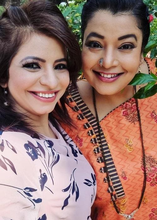 Jennifer Mistry Bansiwal smiling in a selfie with her 'Taarak Mehta Ka Ooltah Chashmah' co-actor Ambika Ranjankar in July 2021
