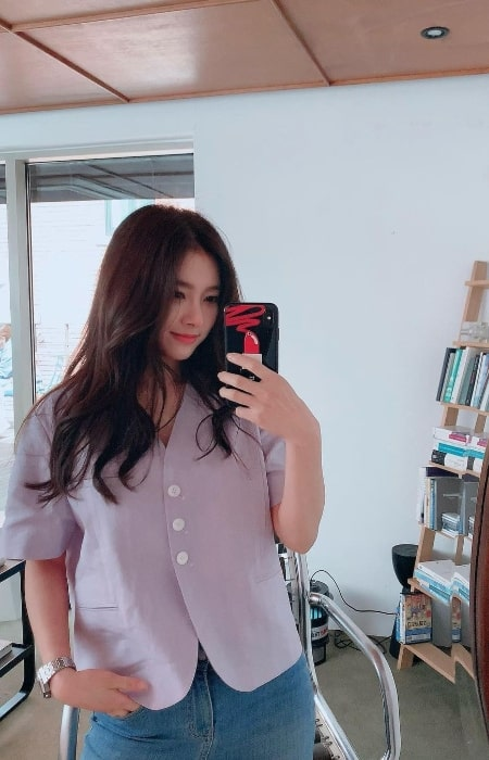 Kim So-eun as seen while taking a mirror selfie in May 2021