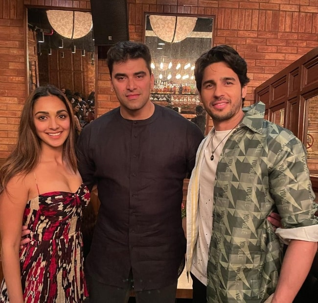 Nikitin Dheer (Center) posing for a picture with his 'Shershaah' co-actors Kiara Advani and Sidharth Malhotra in August 2021