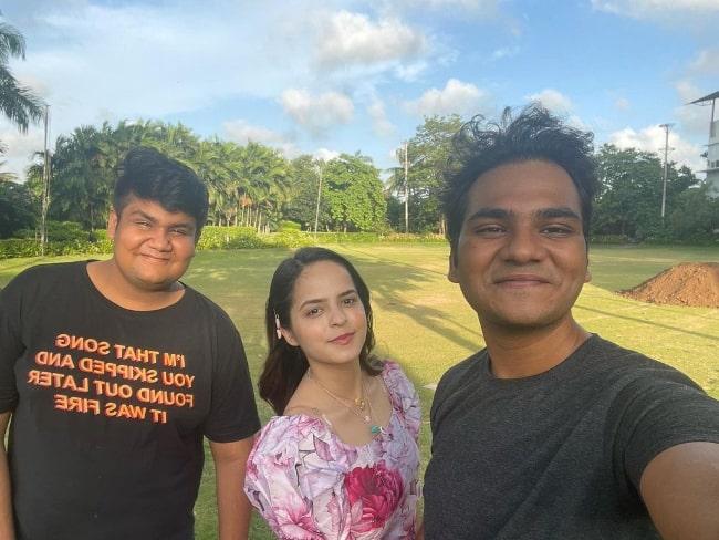 Palak Sidhwani smiling for a picture alongside her 'Taarak Mehta Ka Ooltah Chashmah' co-stars Samay Shah (Right) and Kush Shah (Left) in June 2021