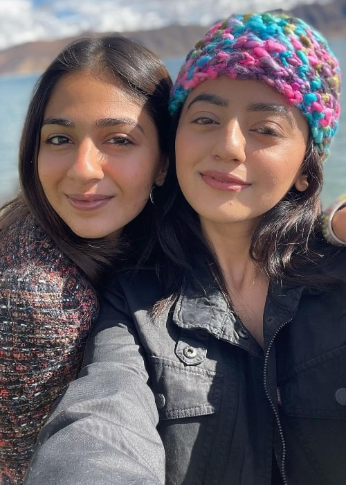 Vidhi Pandya (Left) in a selfie with Helly Shah in August 2020