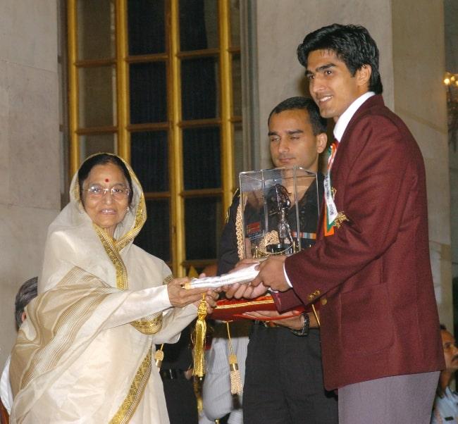 Vijender Singh as seen while been presented the Arjuna Award by President Pratibha Patil in 2006
