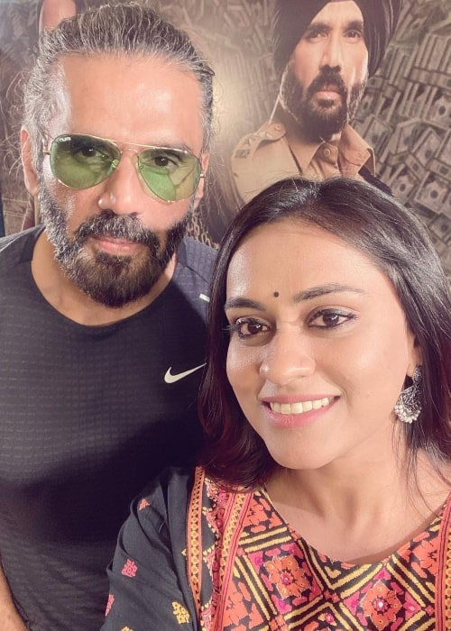 Geetha Bhagat smiling in a selfie with Suniel Shetty in February 2021