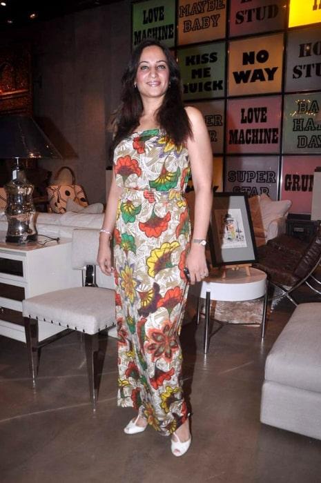 Rakshanda Khan posing for the camera at the Charcoal-Houseproud.in launch in 2012