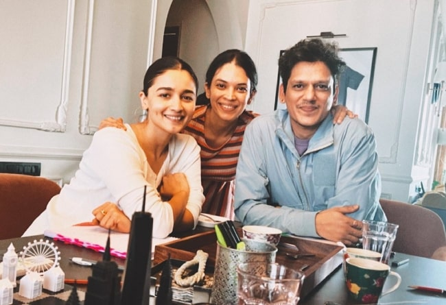 Vijay Varma smiling for a picture with Jasmeet K Reen (Center) and Alia Bhatt in March 2021