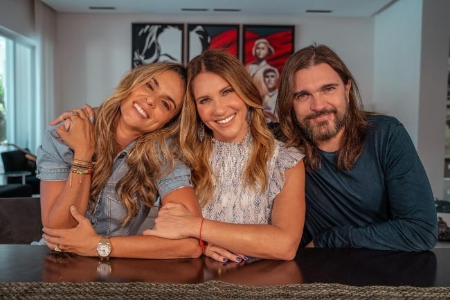 Karen Martínez smiling in a picture with Camila Canabal Sapelli (Center) and Juanes in July 2021